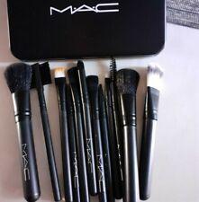 Brochas de maquillaje profesional MAC. Set de 12 con estuche metálico incluido.
