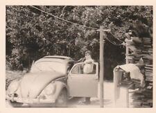 Foto Mann vor VW Käfer Oldtimer mit Faltdach -4