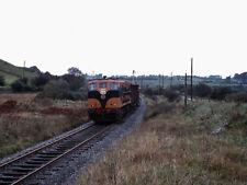 PHOTO  1975 CIE 141 CLASS DIESEL LOCOMOTIVE NO. 141 TRAIN AT LISHEENABRONE THE B