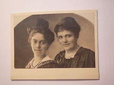 2 schöne Frauen im Kleid - Portrait / KAB