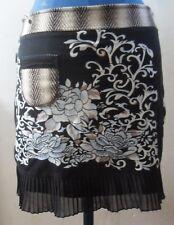 Jupe SAVAGE CULTURE T M 40 TBE noir avec laine marron et fleurs turquoises