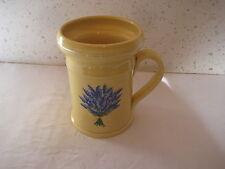 Vase en céramique jaune avec lavande