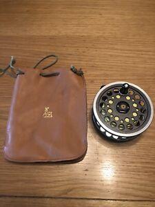 A GOOD VINTAGE DAIWA 813 SALMON FLY REEL Inc Leather Pouch