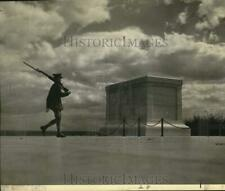 1962 Press Photo Sentry walks past Arlington Cemetery's Unknown Soldier tomb