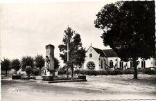 CPA  Buzancais (Indre) - Place du Monument, L'Eglise   (173208)