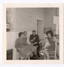PHOTO ANCIENNE Snapshot Poste Télé Télévision TV Famille Groupe assis Vers 1960