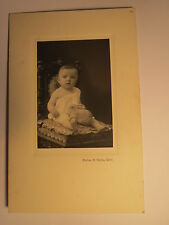 Rüti - auf einem Kinderstuhl sitzendes kleines Kind mit Spielzeug Hase / KAB