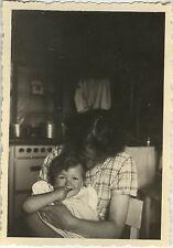 PHOTO ANCIENNE - VINTAGE SNAPSHOT - ENFANT MÈRE SOURIRE CUISINE - CHILD KITCHEN