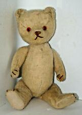 Kleiner antiker Teddy mit Brummstimme und Holzwolle gefüllt