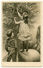 DECORATION DU  SAPIN DE NOEL.ENFANTS.ECORATING THE CHRISTMAS TREE.CHILDREN.