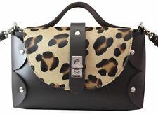 Bolso de cuero marrón con bandolera y asa de mano-solapa piel de potro leopardo
