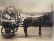 Grande photo femme mariage calèche cheval fleurs cérémonie fête vers 1920