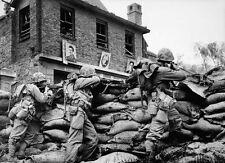 Enmarcado impresión-Las tropas de las Naciones Unidas guerra coreana bajo fuego en Seúl 1951 (militar Foto)