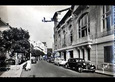 SAINT-NECTAIRE (63) CITROEN TRACTION aux HOTELS , Grande Rue animée début 1950