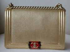 CHANEL BOY medio in rilievo oro metallizzato Pelle D'Agnello Flap Bag
