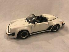 Maisto 1989 Porsche 911 Speedster White Diecast 1:18 Barn Find Diorama