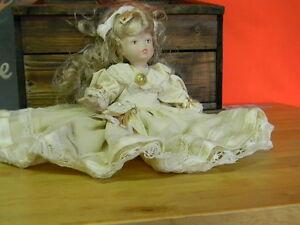 Bambola in porcellana vintage 26 cm. vestito crema Porcelain doll-Porzellanpuppe
