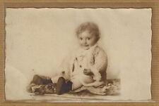 Carte Photo vintage card RPPC enfant assis gilet fourrure ph0365