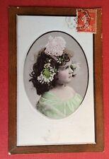 CPA. 1910. Charmant Portrait de Petite Fille dans Médaillon.Tour imitant le Bois