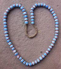 schöne Halskette mit 69 hellblau - rot - weiß gestreiften Chevron Glas Beads