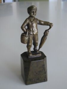 Kleiner Junge mit Schirm und Korb, um 1900-1920, Bronze