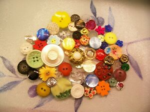 A lot of 60 vintage and modern flower buttons for crafting / jewellery etc