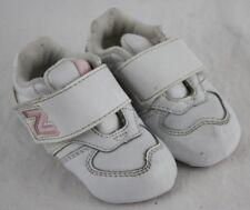 3b09ca2b5811a New Balance Bébé Fille Centennial Blanc Rose Pâle à Enfiler Chaussures  Baskets