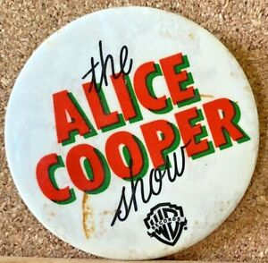 VINTAGE 1980s ALICE COOPER SHOW ROCK BAND TIN PINBACK DUSTBIN BADGE AUSSIE ONLY