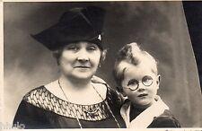 BK952 Carte Photo vintage card RPPC Enfant mode fashion funny lunette Mamy