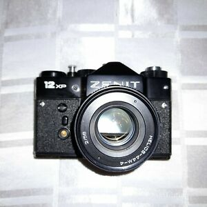 VINTAGE 12 XP ZENIT 35MM CAMERA  WITH HELIOS F2/58MM LENS. CASE. VERY GOOD.