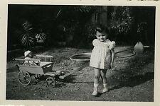 PHOTO ANCIENNE - VINTAGE SNAPSHOT - ENFANT FILLE JOUET POUPÉE CHARRETTE - TOY