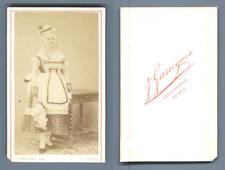 Garrigues, Tunis, Actrice en tenue de soubrette avec un plumeau, à identifier, c