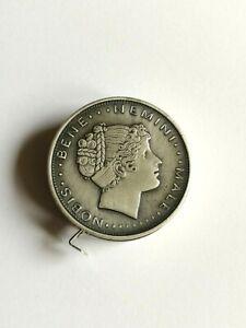 Maßband gestaltet in der Art einer Münze, mit lateinischen Sprüchen