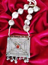 Antica collana in argento berbero, infilata su corda, con gemme incastonate