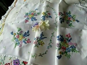 VINTAGE HAND EMBROIDERED TABLECLOTH/ BEAUTIFUL DELICATE FLORAL BOUQUETS