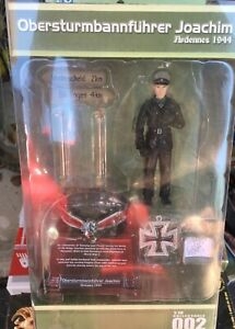 """DRAGON PANZER COMMANDER FIGURE ARDENNES 1944 - """"JOACHIM""""WITH STAND AND MEDAL"""