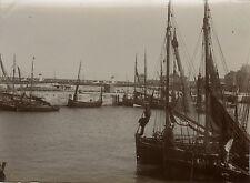 PHOTO ANCIENNE - VINTAGE SNAPSHOT - CALAIS BATEAU VOILE PÊCHE PÊCHEUR -BOAT 1900