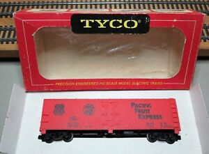 """TYCO MANTUA T329 HO Scale 40' SCRIBED WOOD SIDE REEFER """"PFE"""" Metal Frame"""