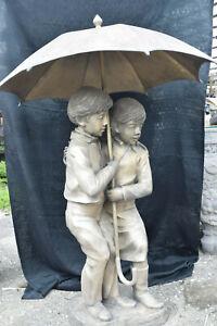 Gr.Bronze-Brunnen,2Kinder in Umarmung,u.Regenschirm,silbrige Antikpatina,H:140cm