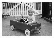PHOTO ENFANT DANS AUTO A PEDALES PEDALS CAR ENGLAND 1960