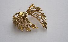 Modeschmuck, Brosche, goldfarben mit einer Perle,  3 cm lang