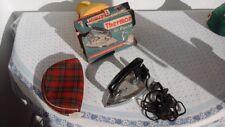 Fer à repasser de voyage des années 1960 avec avec sa boîte d'emballage.