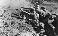 WWII photo German machine gun fire is firing at the enemy in Italy/40d