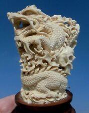 Drache und Schädel , skull aus Horn geschnitzt auf Holzsockel