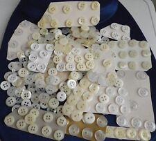 Lot 275 petits boutons blancs, (P5) pr vêt. enfant ou poupée, diam.1 à 1,1 cm