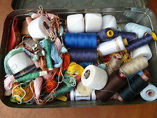 Lot d'ancien fil de couture, bobine de fil, vieux métier de couturière, art pop