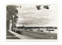 """AK von 1955, DÜSSELDORF, """"Am Rhein"""", Brücke, Uferweg, Personen, Schiffe, Kirche"""