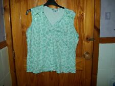 ***LOOK*** NEW  GREEN  DETAILED  T-SHIRT  SIZE 18  ***