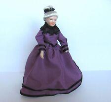 1:12 - Puppenhaus Miniatur - Porzellan Puppe - ältere Dame in lila