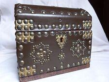 Petit coffre bombé en bois gainé de cuir clouté h 18 cm